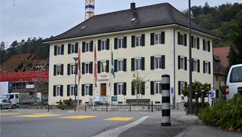 Mit dem Bild eines Sandkastens, in dem viel gebaut wird, verglich Förster Jonas Walther an der Burgerversammlung in der Aula Dorfschulhaus die Bautätigkeit im Dorf.