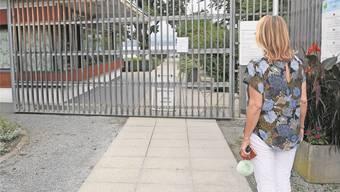 «Ungenügende Wasserqualität»: Die Besucher des Seebads Richterswil stehen vor einem geschlossenen Tor. André Springer