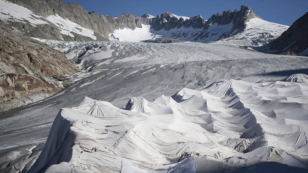 Der Klimawandel hinterlässt in den Alpen zunehmend Spuren. Um ein Abschmelzen des Gletschers zu verhindern, ist der Ausläufer des Rhonegletscher oberhalb von Gletsch am Furkapass im letzten Jahr mit Planen abgedeckt worden. (Archivbild)