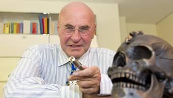 Valentin Landmann in seinem Büro in Zürich. Der Totenkopf befindet sich dort nicht von ungefähr: Die Endlichkeit ist ein Thema, das ihn sehr beschäftigt. (Archiv)