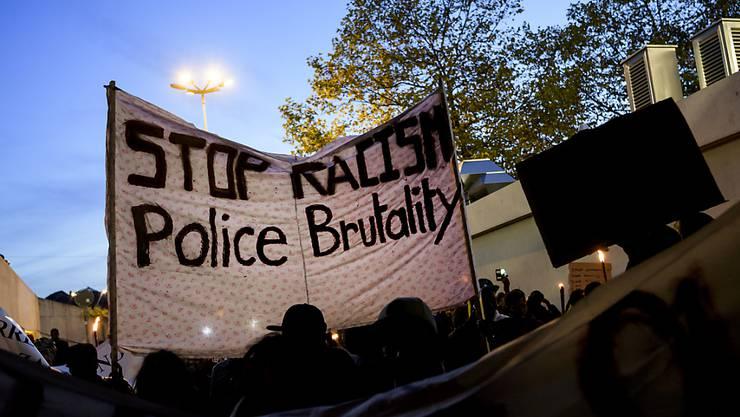 """Ausgerüstet mit """"Stopp Rassismus""""-Transparenten zogen am Mittwochabend in Lausanne rund 600 Personen durch die Strassen. Sie kritisierten die Umstände des Todes eines 23-jährigen gambischen Asylbewerbers von vergangener Woche."""