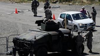 """KFOR-Soldaten bewachen den serbisch-kosovarischen Grenzübergang """"Gate 1"""" (Archiv)"""