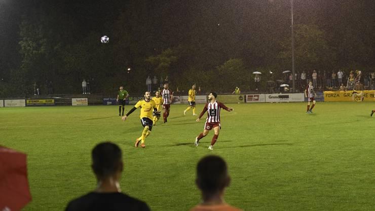 620 Zuschauer verfolgen die Kickoff-Partie auf dem Sportplatz Hofstattmatten in Suhr.