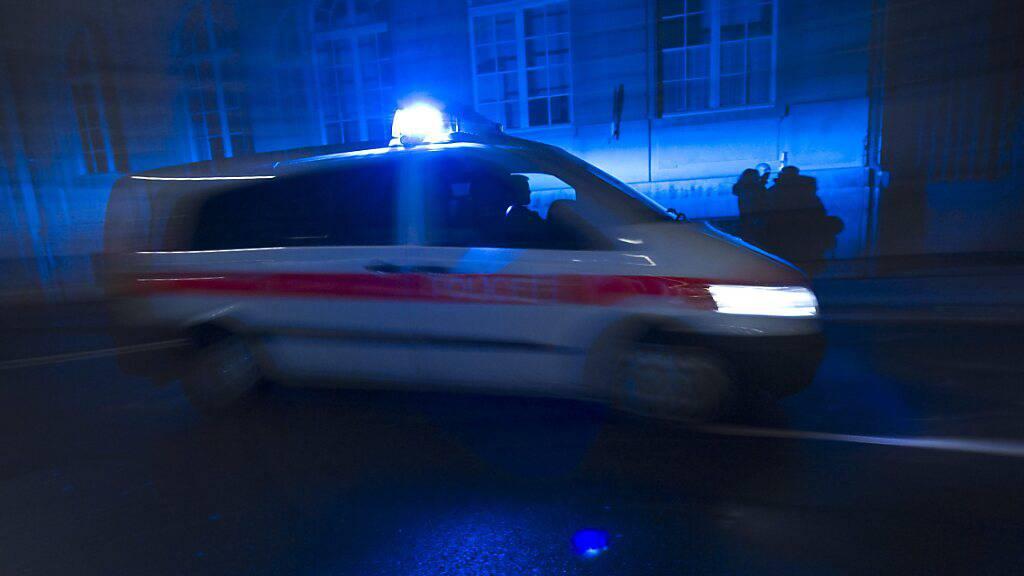 Eine 26-jährige E-Bike-Fahrerin musste nach der Kollision mit einem Auto ins Spital gebracht werden. (Symbolbild)