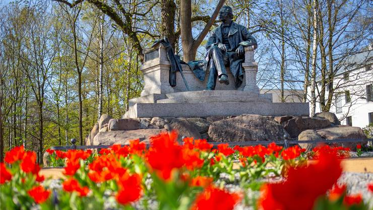 Locker, aber elegant sitzt Theodor Fontane im Zentrum seiner Geburtsstadt Neuruppin, Brandenburg.