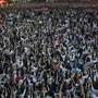 Demonstranten halten bei einem Protest drei Finger in die Höhe. Der Gruß gilt als Zeichen des Widerstands gegen die Militärregierung. Nach der jüngsten Großdemonstration in Bangkok erließ die Regierung in Thailand am Donnerstag eine Dringlichkeitsverordnung und verhängte ein Versammlungsverbot. Foto: Sakchai Lalit/AP/dpa