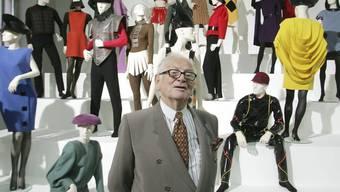 """ARCHIV - Der französische Modedesigner Pierre Cardin präsentiert seine Ausstellung """"Design und Mode 1950- 2005"""" in der Akademie der Künste. Foto: Ronald Zak/AP/dpa"""