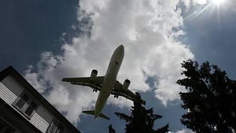 Die Schulen soll individuell entscheiden, ob eine Flugreise sinnvoll sei, sagt der Regierungsrat. (Symbolbild)