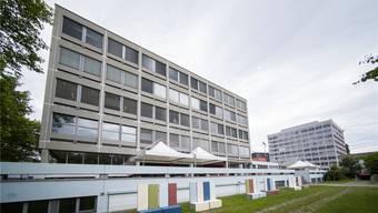 Innere Verdichtung: Auf dem bestehenden Muttenzer Schul-Campus mit Gewerbeschule (links) und FHNW-Altbau hätte es noch Platz für An- oder Neubauten. Ken
