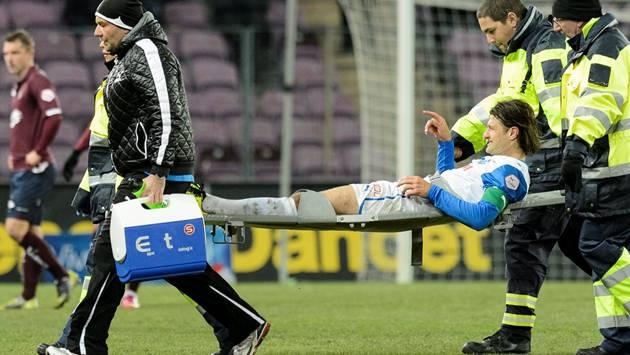 GC-Captain Vero Salatic wird im Spiel gegen Servette verletzt abtransportiert.