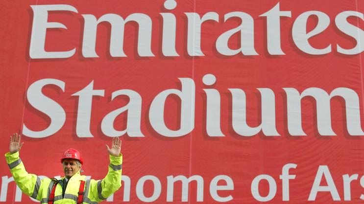 Wenger im Jahre 2004 vor dem neuen Stadion.