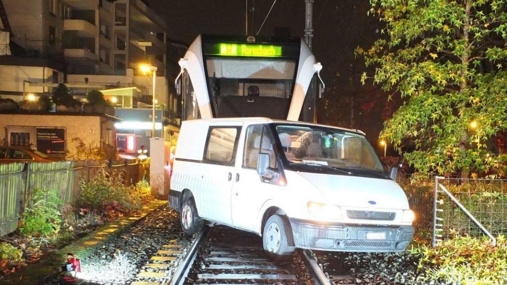Falsch abgebogen: Lenker gerät in Rorschach auf die Bahngleise und damit in Schwierigkeiten.