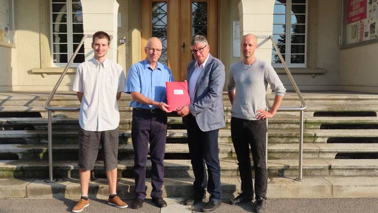 Jetzt wurden auch Unterschriften Pro Tempo 30 eingereicht: Philipp Affolter, Beat Affolter, Gemeindepräsident Stefan Hug-Portmann und David Gerke
