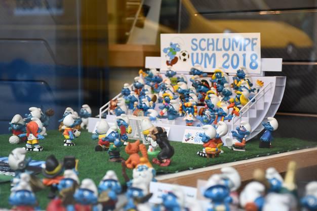Andreas Küng vom Geschäft Leder Küng in der Altstadt sammelt seit 50 Jahren Schlumpf-Figuren. Für den Schaufenster Award Brugg hat er mit den Schlümpfen eine Schlumpf-WM aufgebaut.