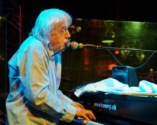 Hanery Amman bläst die Blues Harp.