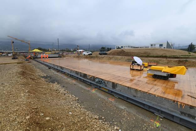 Baustellenporn beim Durchstich Zubringer Pfeffingerring. Es wurde eine 1200 Tonnen schwere Betonplatte unter Strasse und Tram geschoben.