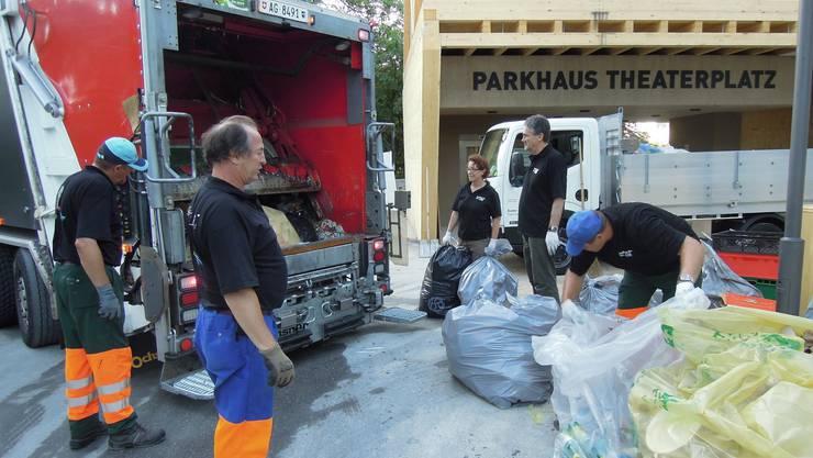 Mit vereinten Kräften kommt aller Abfall in den Güselwagen (kru)
