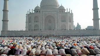 Muslime zu Ende des Fastenmonats Ramadan vor dem Taj Mahal in Indien