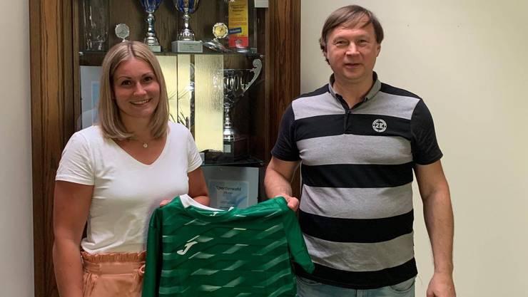 Lisa Frey (l.) posiert mit ihrem künftigen Trainer Aleksandar Knezevic.
