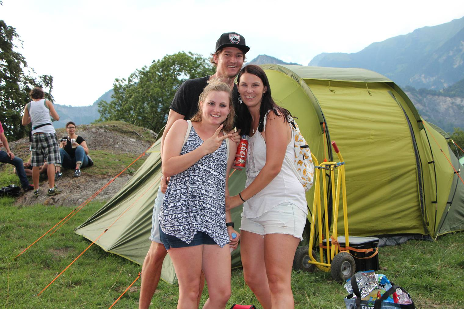Joelle (links) und Carmen trinken nur Holunderblütensirup (Bild: Lara Abderhalden)