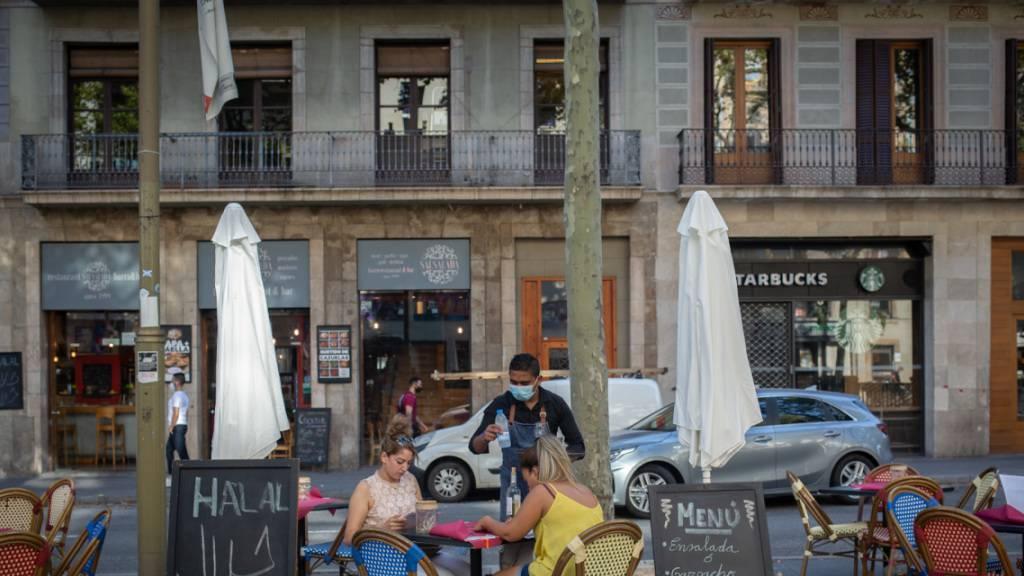 Zur Eindämmung stark steigender Corona-Infektionen hat Katalonien mit der Touristenmetropole Barcelona die Schließung aller Bars und Restaurants angeordnet. (Foto: David Zorrakino/EUROPA PRESS/dpa)