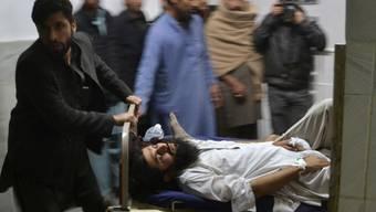 Verletztes Opfer des Anschlags wird abtransportiert