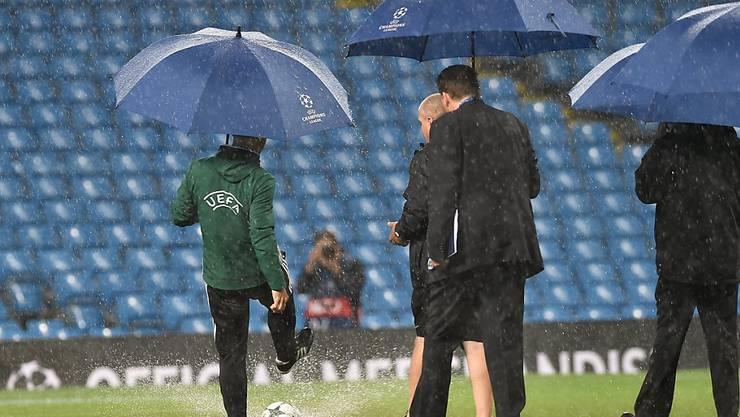 Zu viel Wasser auf dem Rasen: Die Champions-League-Partie zwischen Manchester City und Borussia Mönchengladbach muss abgesagt werden