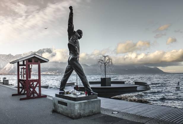 Musik im kleinen Ramen gibt es trotz Corona vorläufig noch in Montreux. Freddie Mercury Statue am Seeufer.
