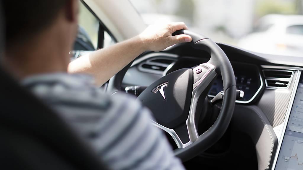 Nach einer Reihe von Auffahrunfällen untersucht die US-Verkehrsbehörde NHTSA das Fahrassistenzsystem «Autopilot» von Tesla.(Archivbild)