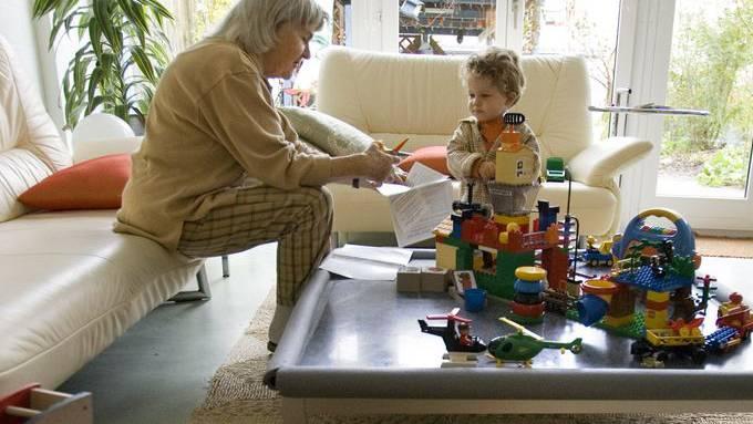 Keine Lizenz nötig: Das Grosi darf unbeschränkt ihre Enkel hüten – nur statistisch muss die Grossmutter sich erfassen lassen.