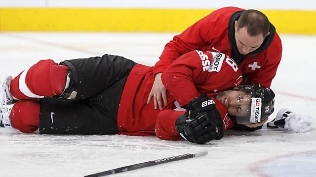 Romy liegt nach einem Check gegen den Kopf benommen auf dem Eis