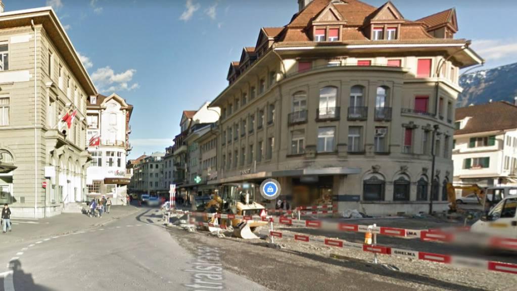 Der Tote wurde an der Interlakner Centralstrasse im Ortszentrum aufgefunden.