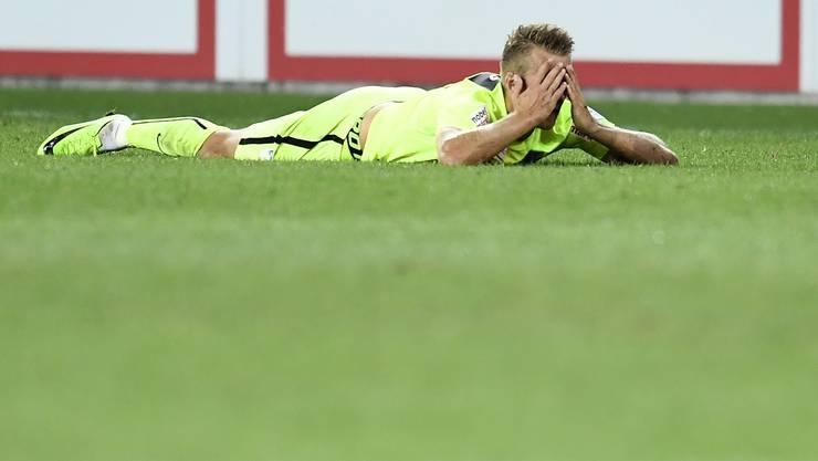 Symbolisch für die aktuelle Saison: FCA-Spieler Damir Mehidic verdeckt sein Gesicht am Boden...