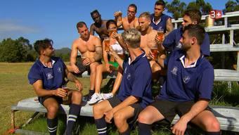 Die «Bachelorette»-Kandidaten feiern ihr erfolgreiches Rugby-Spiel.