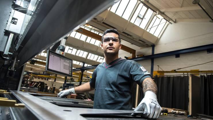 Seit vergangenem Sommer bei Schinder: Ari Saleh in der Werkstatt am Unternehmenssitz in Ebikon.