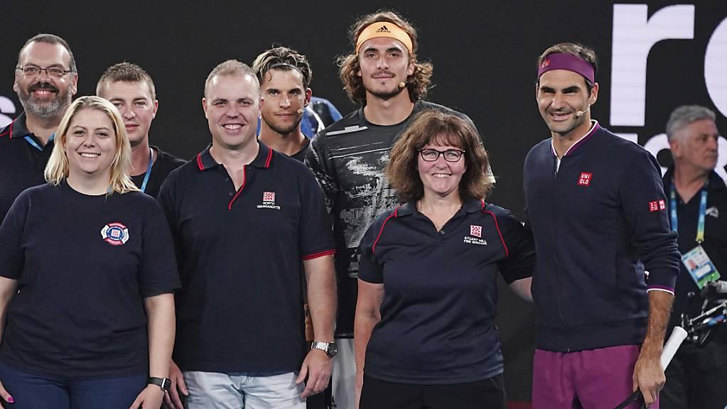 Roger Federer, Stefanos Tsitsipas und Dominic Thiem posieren mit australischen Feuerwehrleuten