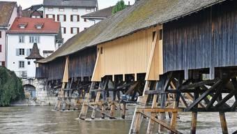 Gut sichtbar: die durch helle Schalungsbretter ersetzten beschädigten Bretter auf der Südseite der Holzbrücke.