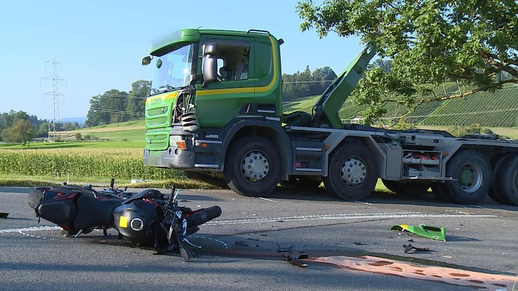 Grüningen: Motorrad prallt in Lastwagen - Töfffahrer schwer verletzt