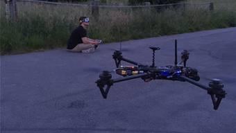 Eine Kamera auf dem Bug liefert Bilder für den Kopf: Der Basler Gino Oggier kann damit auch in der Dämmerung fliegen. zvg