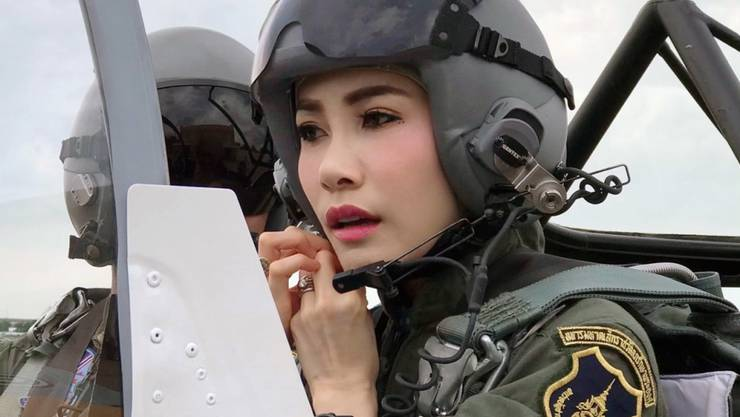 Sineenat Wongvajirapakdi, Geliebte des thailändischen Königs, ist weiter aufgewertet worden. Das Königshaus in Bangkok veröffentlichte zahlreiche Fotos der 34-Jährigen.