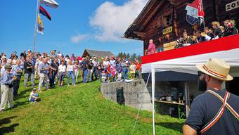 Die Festgemeinde am Samstag bei traumhaften Verhältnissen vor der KTV-Hütte (hinten das Dach des Fuxenstalls).