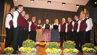 Der Jodlerklub Olten unter der neuen Dirigentin und Jodlerin Ursula Oegerli(Bildmitte) anlässlich einer seiner Vorträge.