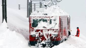 Der Schnee bereitet der Matterhorn Gotthard Bahn wieder Probleme (Archiv)