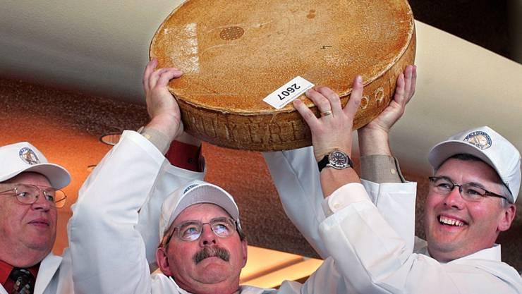 Schon 2008 wählte die Jury (im Bild die drei damaligen Chef-Juroren) in Madison, Wisconsin/USA, den Greyerzerkäse von Michael Spycher aus Wasen im Emmental zum besten Greyerzer der Welt. (Archivbild)