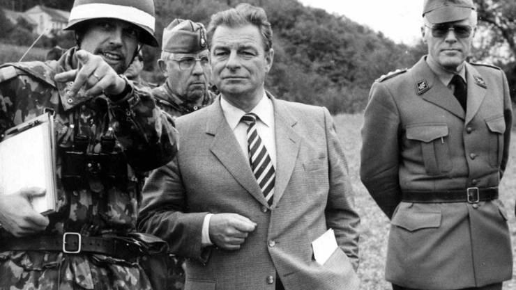 Kommandant Rolf Binder (rechts) mit Militärdepartements-Vorsteher Jean-Pascal Delamuraz im Jahr 1986 bei einer Truppenübung. (Archivbild)