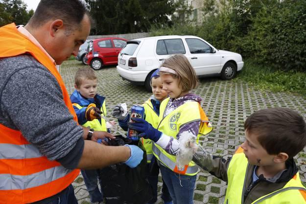 Die Klasse 1a  beim Abfallsammeln  mit Schulleiter Dieter Schoch