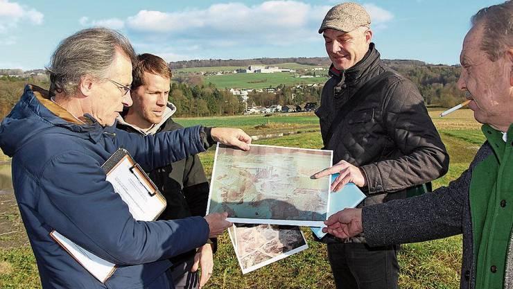 Thomas Egloff und Roland Temperli (kantonale Abteilung Landschaft und Gewässer), Marco Kaufmann (Projektverfasser) und Jakob Richi (Richi AG, v. l.).