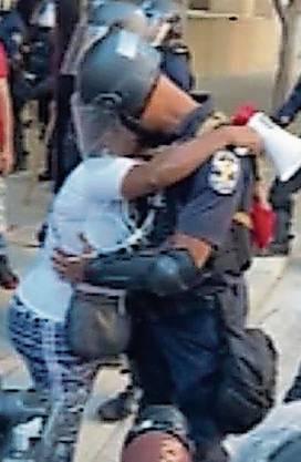 Fast eine Minute lang hat eine Demonstrantin in Louisville, Kentucky, einen Polizisten umarmt. Etwas Menschlichkeit inmitten des Chaos.