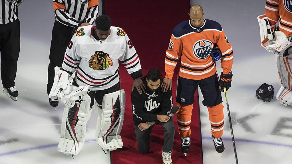Matt Dumba (Mitte) hält eine emotionale Rede