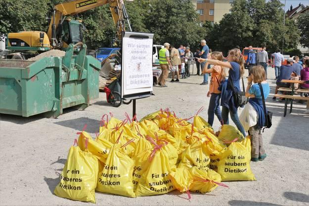 Gegen Mittag treffen die Freiwilligen wieder am Zelgliplatz ein und stapeln ihre Müllsäcke. Insgesamt wurden am Clean-Up-Day in Dietikon 453 Kilogramm Abfall gesammelt.
